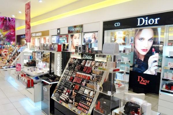 مدل طراحی ویترین و دکوراسیون مغازه لوازم آرایشی